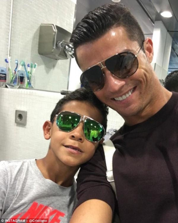 មិនត្រឹមជាកីឡាករល្អទេ ថែមទាំងជាឪពុកល្អទៀត! Ronaldo មកឈរចាំរើសបាល់ ពេលកូនប្រុសខ្លួនកំពុងប្រកួត