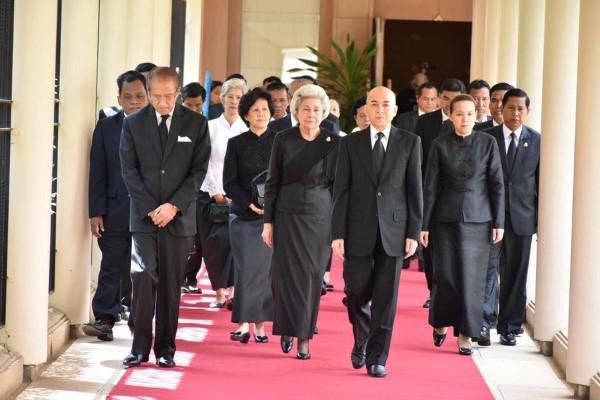 ព្រះមហាក្សត្រខ្មែរ និងសម្តេចម៉ែ យាងទៅគោរពព្រះវិញ្ញាណក្ខន្ឌ ព្រះមហាក្សត្រថៃ Bhumibol Adulyadej នៅស្ថានទូតថៃ